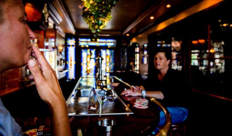 Rokers in de rookruimte van Cafe de Wit, waar de rookruimte zelf ook een cafe is. Beeld ANP