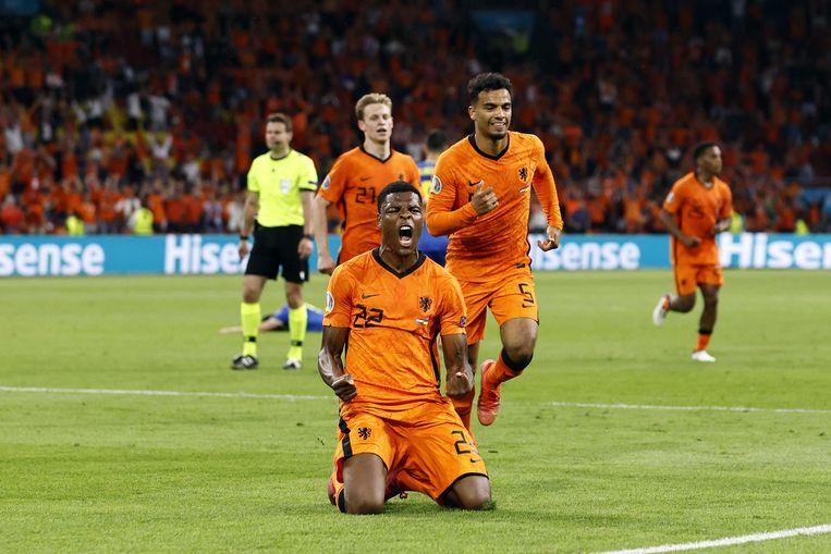 Denzel Dumfries roept het uit na de late 3-2, in Amsterdam. Beeld ANP
