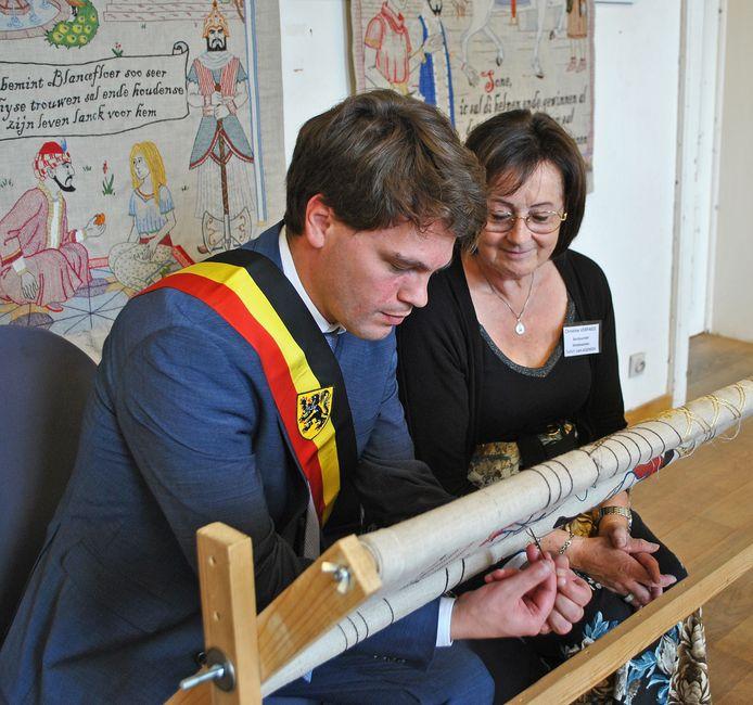 Burgemeester Pieter Claeys van Kaprijke probeerde ook te borduren.