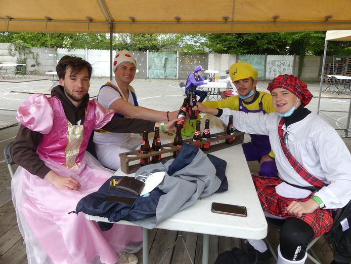 Juul Peers, Jelle Molly, Jarne De Boever en Alessandro Moreau van KSA Olsene drinken hun eerste pintjes.