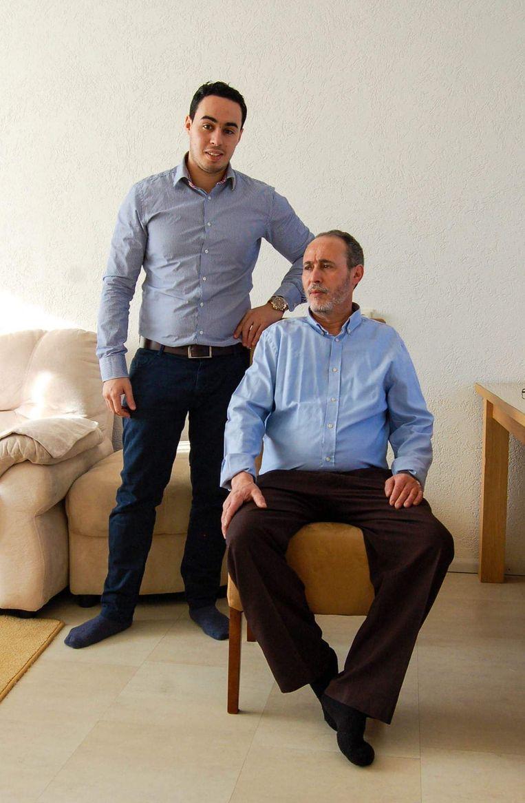 Amar Rahou met zijn oudste zoon. Beeld Everdien Breken