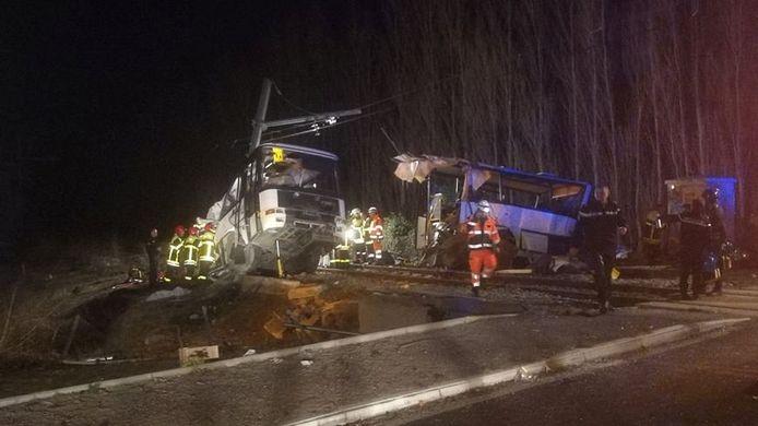 De bus werd door het ongeluk in tweeën gesneden.