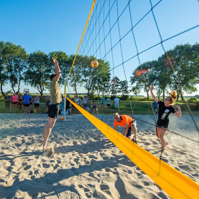Beachvolleybalveld geopend bij scouting Lage Zwaluwe
