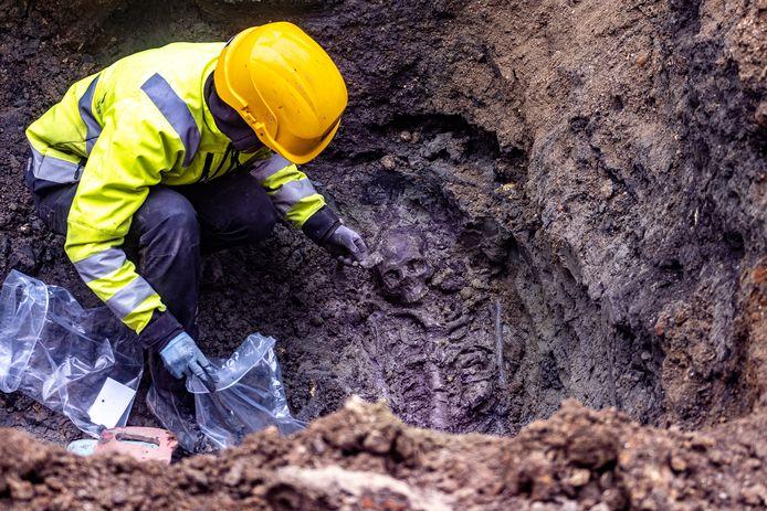 In en rond de kathedraal werden tot 1784 doden begraven. Het gevonden skelet behoort wellicht toe aan een man.