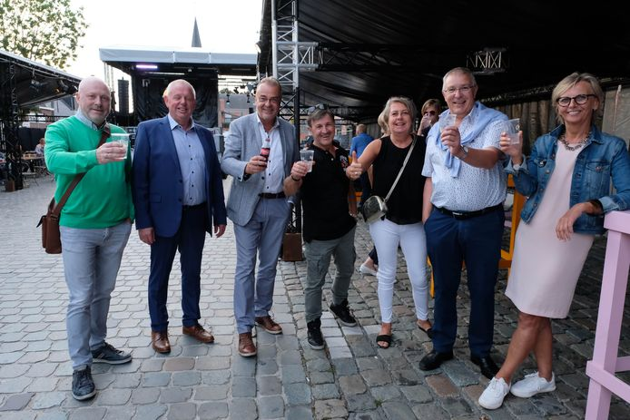 De bewoners van Berlaar-Heikant feesten het nieuwe Kardinaal Cardijnplein in.