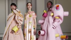 Ontwerpersduo Viktor & Rolf stelt nieuwe collectie met social distance-jurken voor