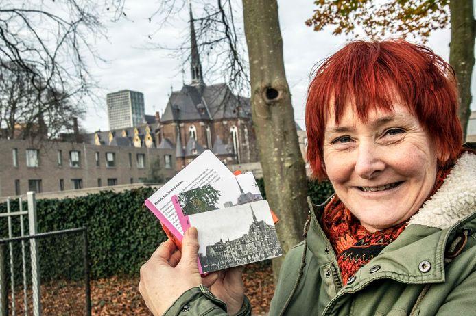 Miranda van de Mortel met het historische kaartje van de kerk, voor de kerk.