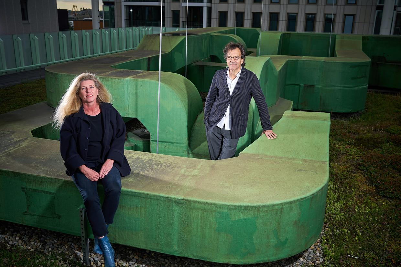 Ina Klaassen en Sjarel Ex op het dak van het tijdelijke kantoor van Boijmans.