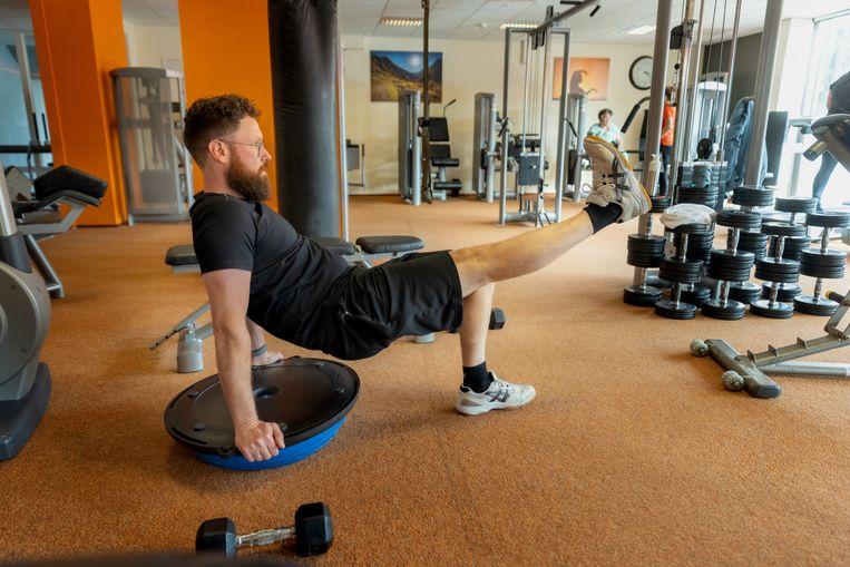 Mark Lourens, lid van sportschool MoviMiento in Zwolle, werkt aan een fit lijf. Beeld Herman Engbers