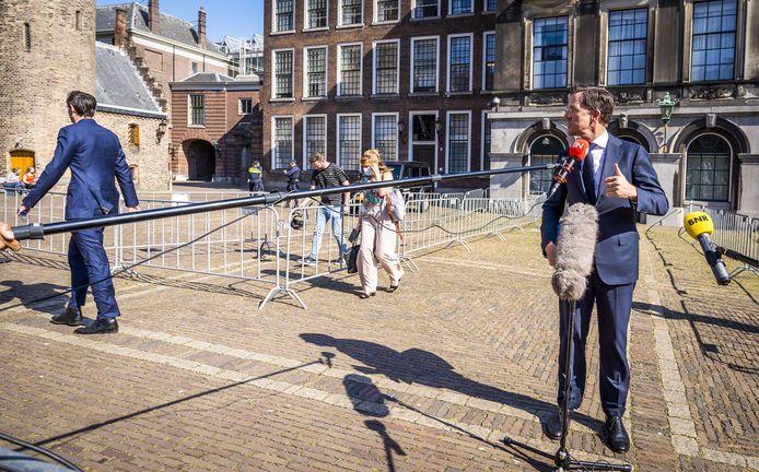 Fractieleider Mark Rutte (VVD)  staat de pers te woord, na afloop van een gesprek met informateur Mariette Hamer.