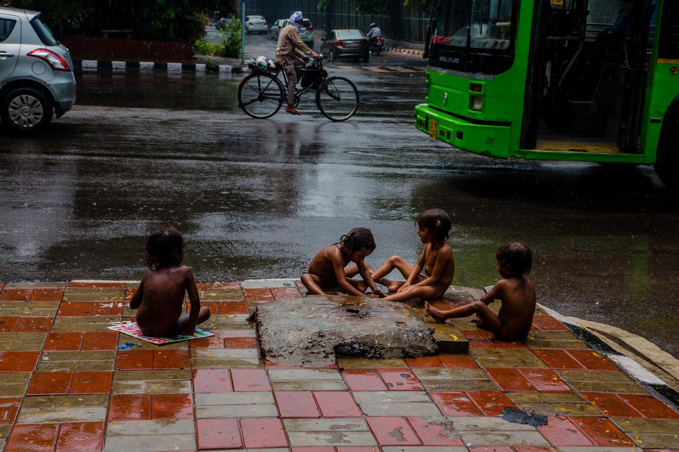 Kinderen spelen op straat in New Delhi