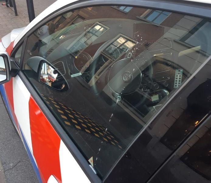 De bespuugde politiewagen in Tiel