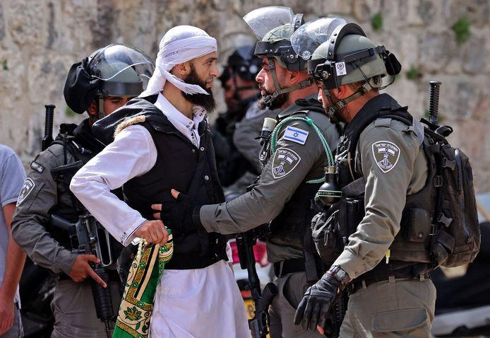 Een Palestijnse man gaat de confrontatie aan met Israëlische agenten.