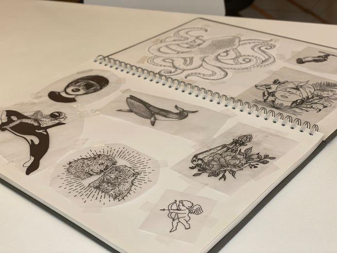 Klanten kunnen zelf een ontwerp kiezen of bladeren in een voorbeeldboek.