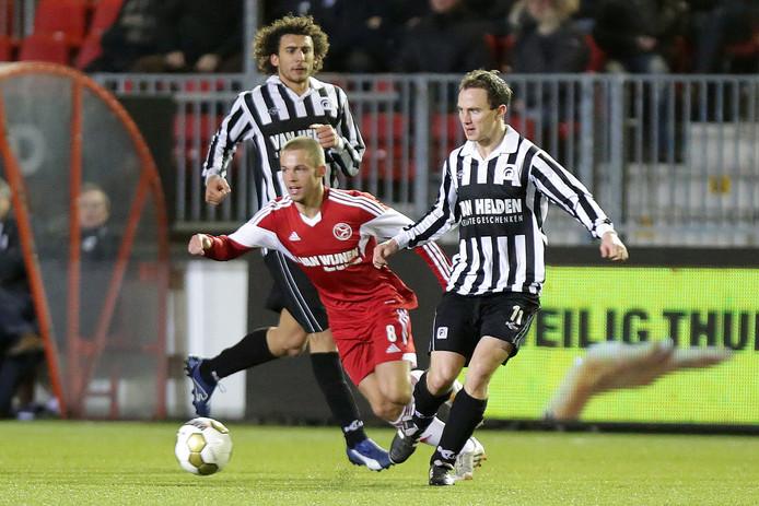Tim Verhoeven (rechts) in de uitwedstrijd tegen Almere City.