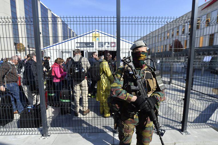Extra veiligheidsmaatregelen aan Brussels Airport, de eerste dag van de heropening na de aanslagen op 22 maart 2016. Beeld BELGA