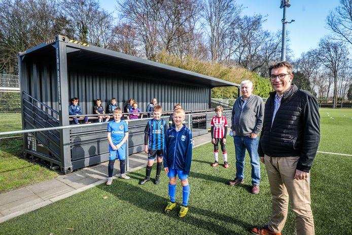 De jeugdspelers zijn alvast tevreden met de nieuwe tribunecontainer voor VK Dudzele.