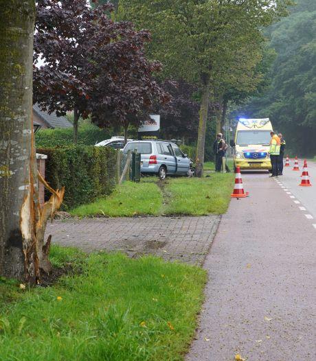 Vrouw ramt met haar auto twee bomen in Almen en wordt afgevoerd naar het ziekenhuis