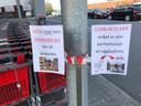 Sommige mensen zetten nog steeds hun gebruikte karren terug bij de ontsmette, niettegenstaande de afbakeningen en affiches.