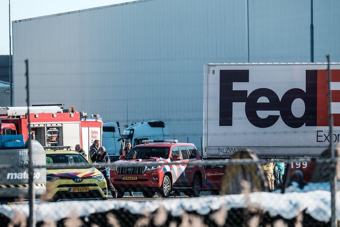 Hulpverleners rukten massaal uit nadat donderdag het dak van logistiek dienstverlener FedEx in Duiven instortte.