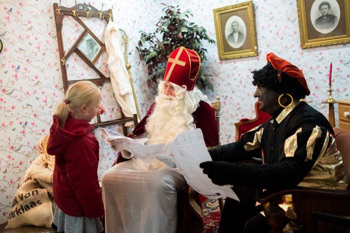 De Sint hield audiëntie in een tot woonkamer omgetoverde hal.