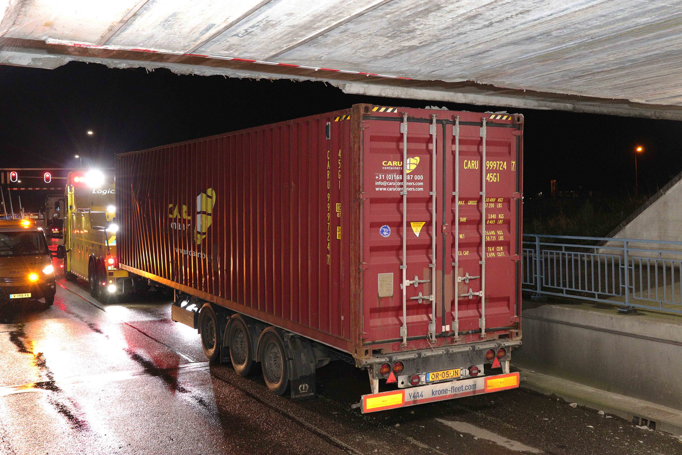 Container van vrachtwagen na uren weer los onder brug aan de Hertog Janstraat in Waalwijk.