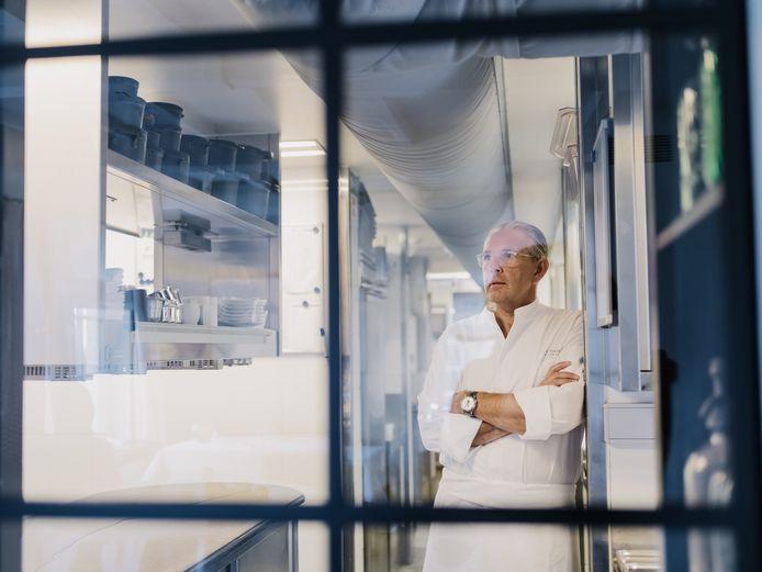 """In de keuken van zijn Hof van Cleve: daar is Peter Goossens (55) nog altijd zo veel mogelijk. """"Al blijf ik niet meer tot 1 uur 's nachts. Lange dagen rechtstaan: het is heel belastend. Ik ben als een oldtimer: de carrosserie en de motor zijn nog goed, maar er zitten al wat wisselstukken in."""