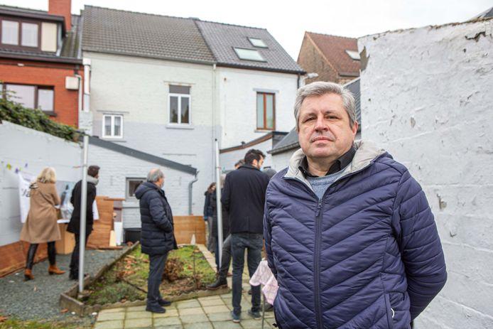 Eigenaar Marcel Vernez in de tuin van de woning die deze zomer op de sociale woonmarkt komt.