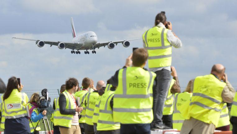 Journalisten wachten op Zaventem op de landing van de A380. Beeld BELGA
