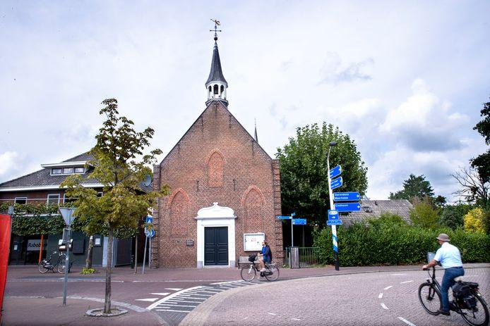 Het torentje dreigt van het kerkje te waaien en wordt daarom op zeer korte termijn van het dak gehaald.