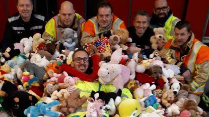 Hartverwarmend: brandweer overladen met honderden knuffels uit dank voor goede zorgen