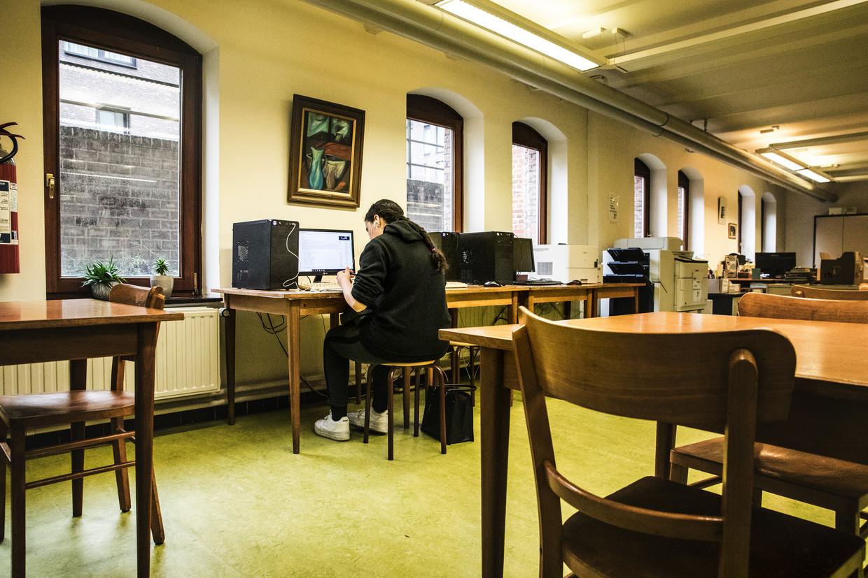 Een leerling werkt op de computer in het Heilig Hartinstituut in Heverlee. Sommige scholen blijken geen opvang te voorzien voor kinderen wier ouders in de zorgsector werken, uit angst voor besmetting.  Beeld Aurélie Geurts