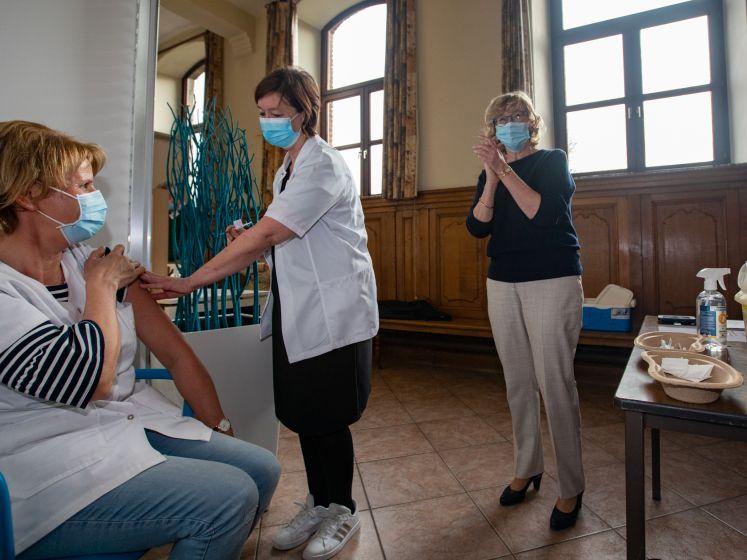 """""""Regelmatig moesten we iemand 'er snel tussen nemen'"""": volgens vrijwilliger werd er druk uitgeoefend op vaccinatiecentrum Sint-Truiden"""