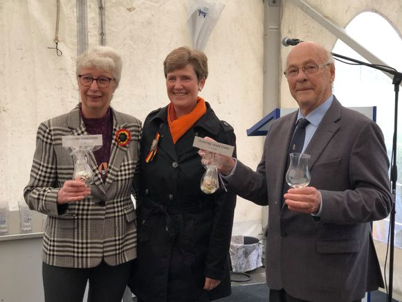 Vera, Lieve en Jan Boydens zetten alles in gang om Leontine Demey te eren.