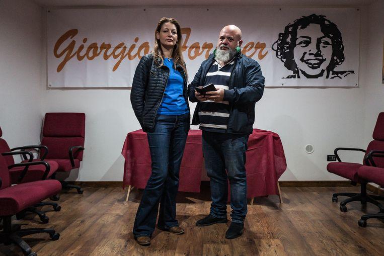 Carla Luccarelli en haar man Angelo Di Ponzio verloren hun zoon Giorgio aan een kankersoort die waarschijnlijk werd veroorzaakt door de staalfabriek. Beeld Nicola Zolin