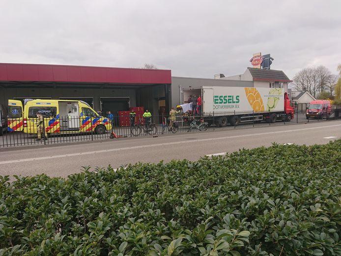Een traumateam verleent eerste hulp aan het slachtoffer in de trailer in De Klomp.