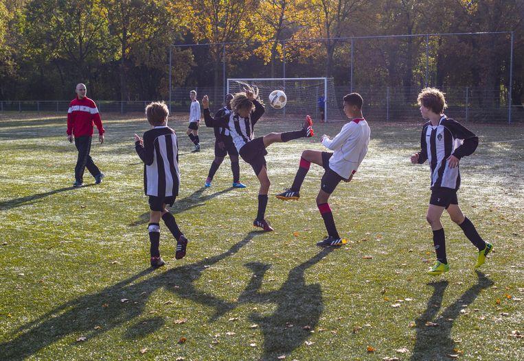 Kinderen voetballen op de velden van AFC IJburg Beeld Archief