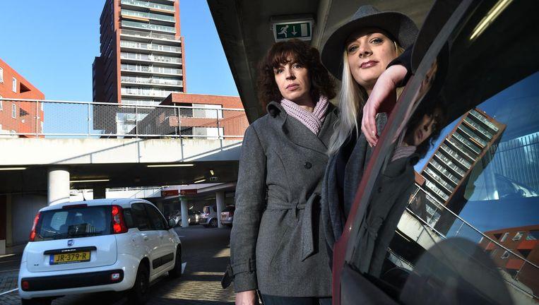 Buurtbewoners Tjitske Hartman (links) en Martine Engels eisen in hun petitie 'een oplossing per direct'. Beeld Marcel van den Bergh