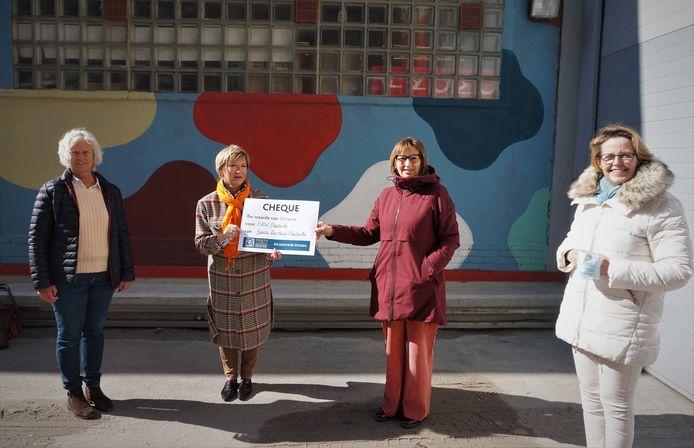 Dorine Dewulf, Veerle Standaert en An Marinus van Zonta De Haan-Oostende overhandigen een cheque aan Carine Danneels (tweede van rechts) van CAW Noord-West-Vlaanderen