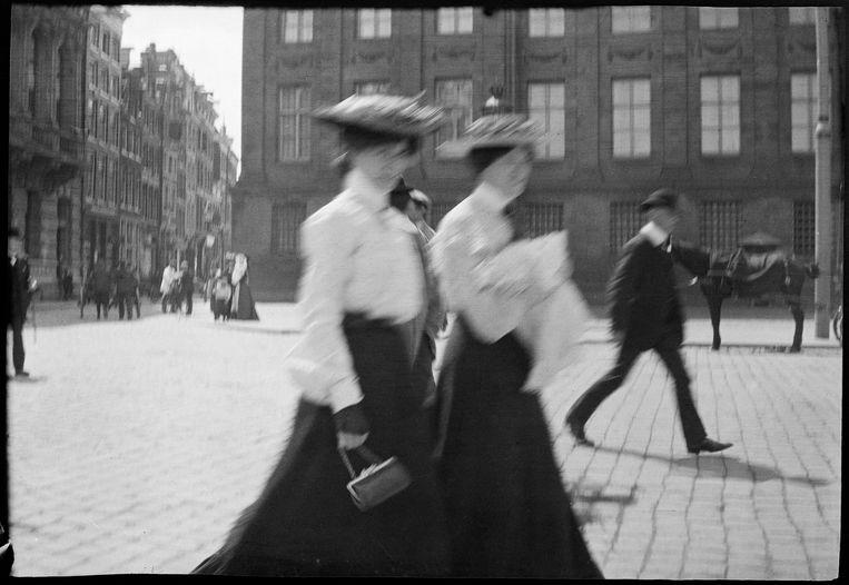 Twee vrouwen op de Dam, circa 1900. Beeld George Hendrik Breitner