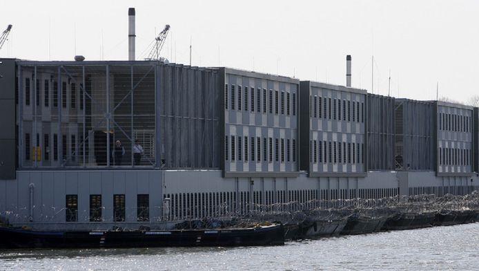 De achterkant van de asielboot in Zaandam