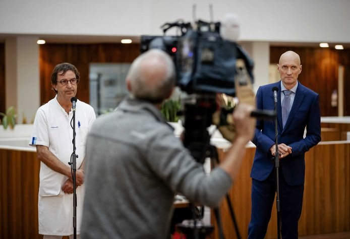 Diederik Gommers (l) en Ernst Kuipers werden beiden bedreigd. 'De dood zal hun als eerste treffen', schreef de verdachte in een persoonlijk bericht op Twitter. Beide prominente medici kregen het bericht zelf onder ogen en deden aangifte.