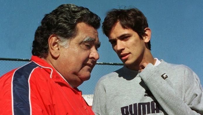 Luis Cubilla in 2000 als bobdscoach van het Paraguyaanse team in gesprek met Roque Santa Cruz.