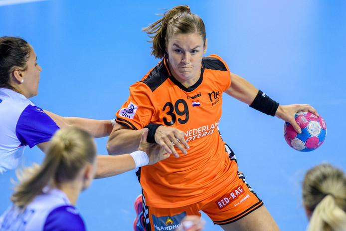 Tessa van Zijl namens Oranje in actie tijdens de oefeninterland tegen Rusland.
