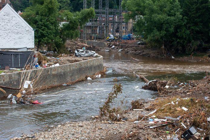 Het meegesleurde puin langs de oevers van de rivier de Vesder in Pepinster.