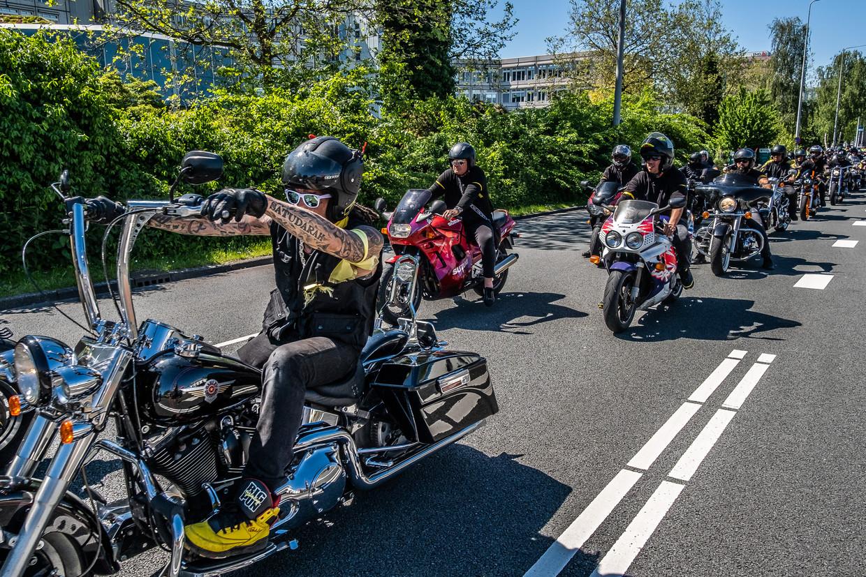 Karavaan van honderden bikers bij de uitvaart van Etou's Belserang. Beeld Joris van Gennip