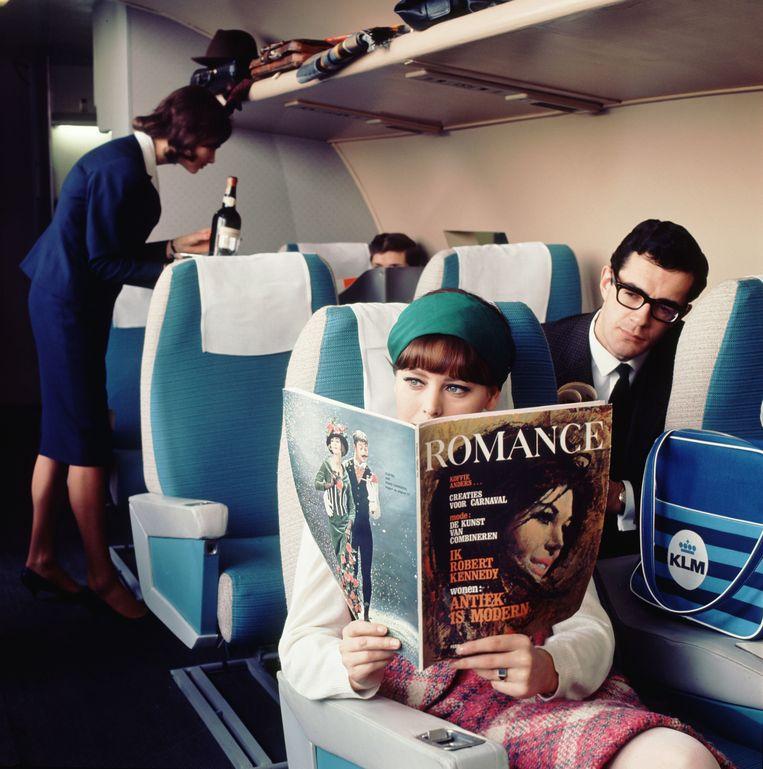 Passagiers in een KLM vliegtuig, jaren zestig.  Beeld Kees Scherer/MAI