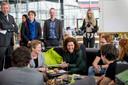 Studenten leggen de minister uit wat ze doen in het Design Lab van de Universiteit Twente.