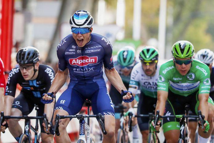 Jasper Philipsen wint, voor Fabio Jakobsen (rechts).