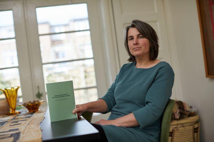 Initiatiefnemer Corinne Abbas is in haar nopjes met het boek over de joodse bewoners van de Schilderswijk. ,,Ondanks de moeilijke omstandigheden vanwege corona hebben we door veel te bellen en te mailen volop bijzondere verhalen gevonden.''